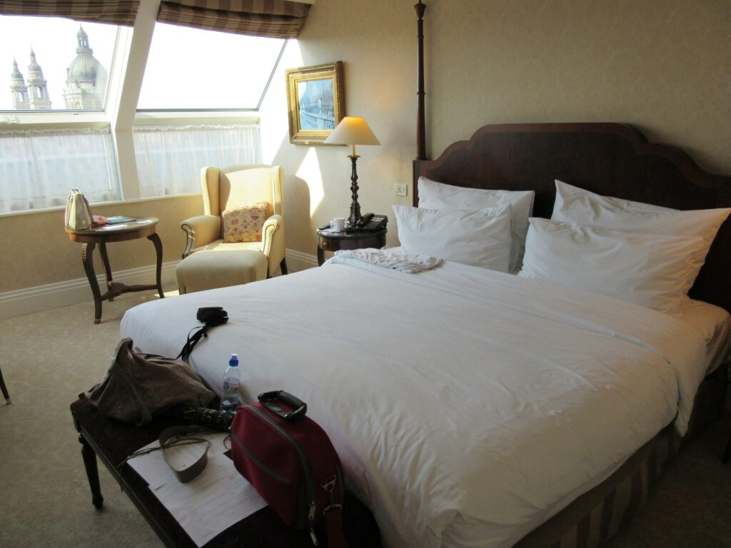 A hotel room with an eiderdown comforter on the bed